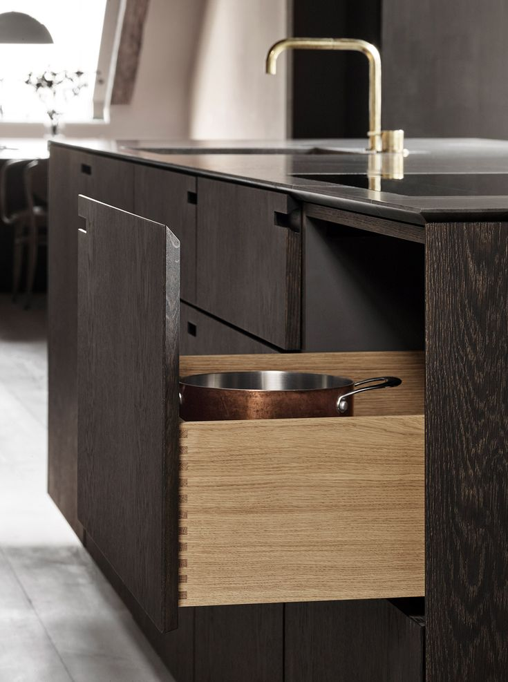 We used marble, brass and oak – natural oak and ebonized oak. These materials impart patina and keep this kitchen a natural part of the building's history.