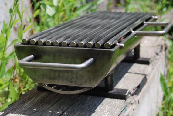 Dit is de bijgewerkte versie van de originele moderne stalen hibachi grill met een 6 x 18 verwisselbare koolstofstaal grillen oppervlak, maar met de