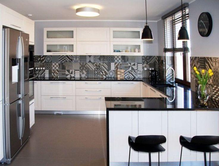 plan cuisine en quartz noir brillant et crédence carreaux de ciment patchwork