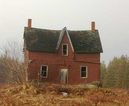 An old, uninhabited farmhouse near Owen Sound, Ontario.