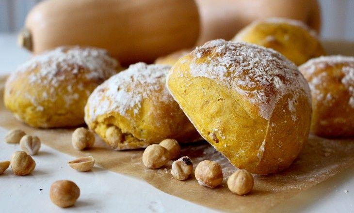 Kalljästa frukostfrallor kan varieras i oändlighet, här är en variant bakad på vetemjöl,smaksatt medpumpa, hasselnötter och brödkryddor.