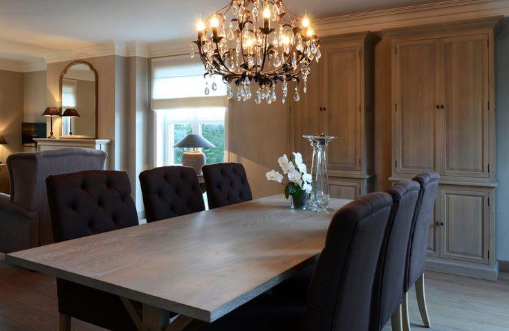 Deze kristallen kroonluchter is dé blikvanger van de woonkamer. En vormt een mooie aanvulling bij de aardse, warme tinten van de tafel en stoelen.