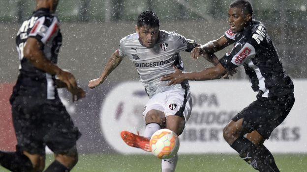 Con un gol a pocos minutos del final, el mexicano Atlas derrotó 1-0 este miércoles al Atlético Mineiro de Brasil, que se hunde en el sótano de la tabla del Grupo 1 de la Copa Libertadores 2015. Feb 25, 2015.