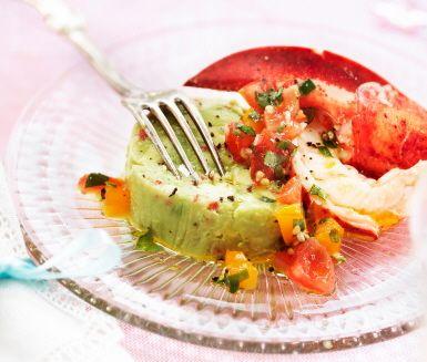 Avokadoterrine med skaldjurssallad av räkor och hummer eller pilgrimsmusslor är en lyxig förrätt till vilken fest som helst. Spansk peppar ger den lena terrinen av avokado ett sting av chili. Till det en smakrik vinägrett med tomat, basilika och vitlök. God dressing även till andra sallader!