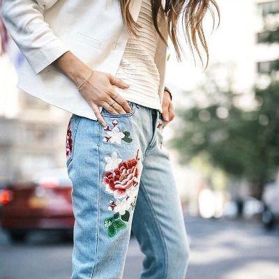 Trend: Nakış ve İşleme. Moda dünyasının trendleri her geçen gün daha fazla detaylara odaklanıyor. Püskül, dantel, arma, kol kesimi derken sıra nakışlı işlemelere geldi.  En çok kot pantolonda, denimlerde ve ceketlerde karşımıza çıkan bu furya, bohem ruhunu şıklıkla buluşturmada en başarılı olanlardan. Nakışlı bluzlere zaten aşinayız fakat nakışın  jean pantolon ve ceketlerdeki halini çok çok sevdik.  #brandstore #embroided #embroidery #nakis #isleme