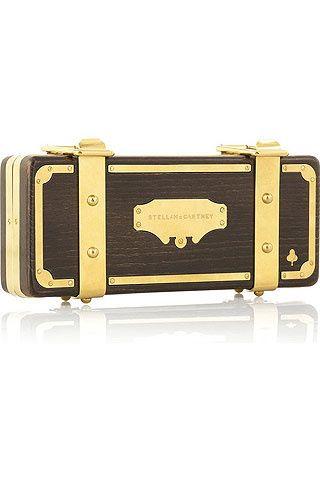 Bolso clutch de madera y detalles metálicos basado en los diseños del Far West americano, de Stella McCartney.