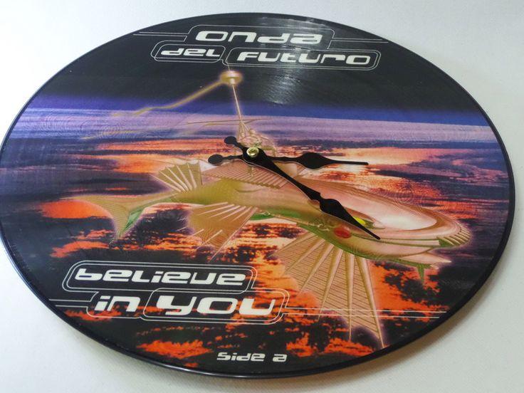 Wanduhr  Schallplatte Vinyl upcycling Retro Uhr  von VinylKunst Aurum - Schallplatten Upcycling der besonderen ART auf DaWanda.com