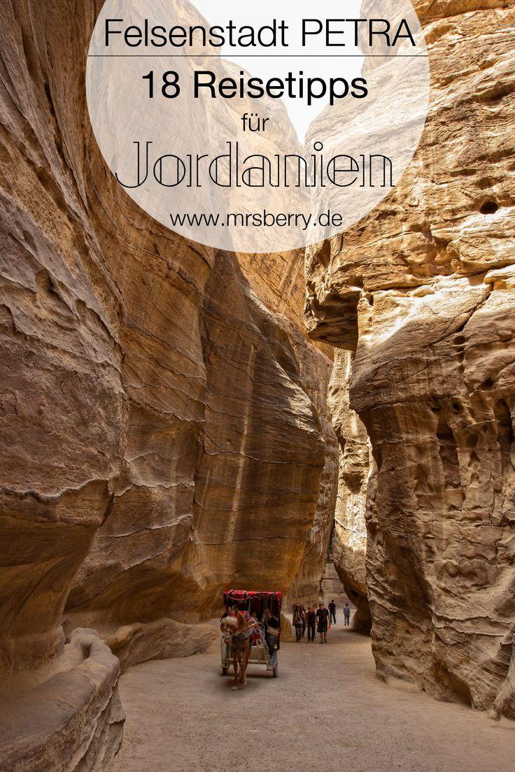 """Khanze al-Firaun, das """"Schatzhaus des Pharao"""" ist das Wahrzeichen der berühmten Felsenstadt PETRA. Rot gefärbte Felsen und mehr als 2.000 Jahre alte Gebäuden und Tempelfassaden machen Petra unvergleichbar. Ein Besuch des UNESCO Weltkulturerbe lohnt sich! Diesen und insgesamt 18 Reisetipps für eine Reise nach Jordanien findet ihr hier: http://mrsberry.de/jordanien-ein-reisebericht-mitreisetipps-1/"""