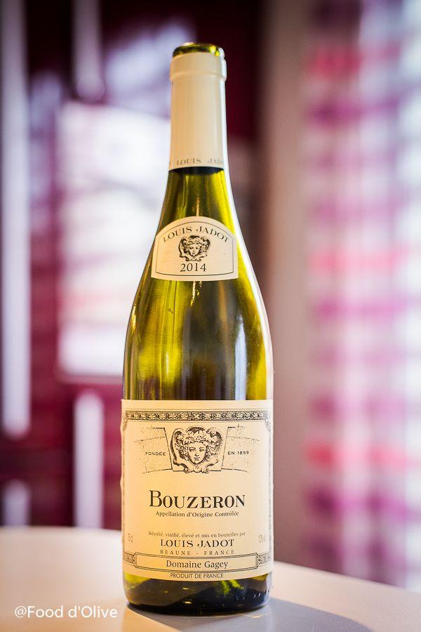 Louis Jadot, un grand nom des vins de Bourgogne. Ne croyez pas que ce Bouzeron est juste destiné à l'apéritif avec un peu de cassis ou de mûre. Nul besoin d'y verser quelconque s…