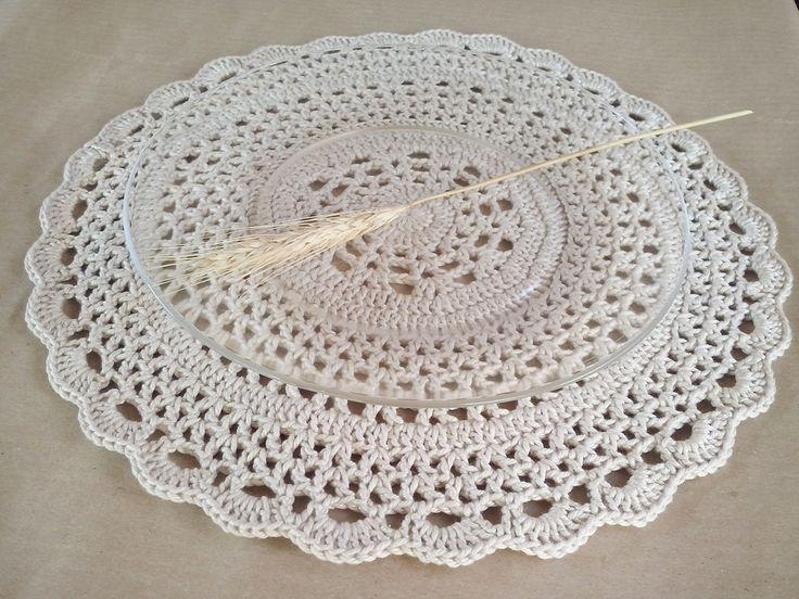 Este lindo descanso de prato feito em crochê demarca lugares na mesa de maneira sutil e romântica. Diâmetro de 34cm. Outras cores consulte.