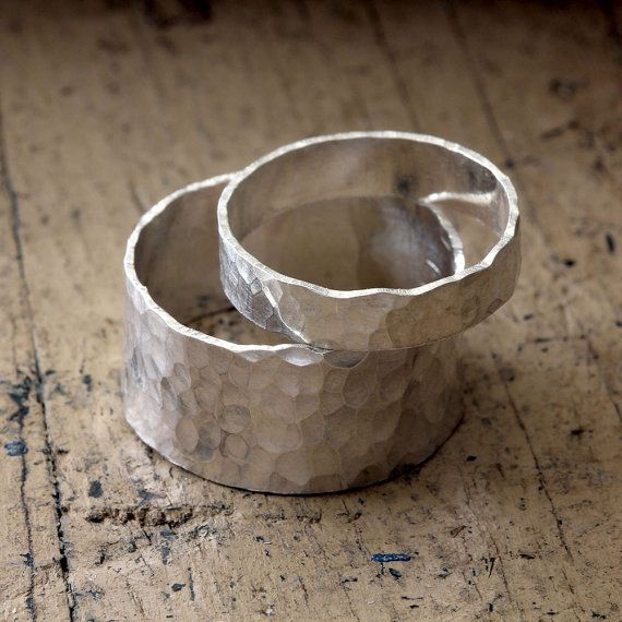 Gehämmerte Band Ehering Satz. Diese Sterling silber Ringe haben eine Hand gehämmert Muster, die dieses einzigartige Eheringe Ring Set schmückt. Organische und vollständig zufällige Muster macht jeder Ring einzigartig und ein Unikat. Die breiteren Ring-Maßnahmen über 3/8 breit oder 9mm und die schmalen Ring Maßnahmen etwa 4-5 mm breit. Dieses Angebot gilt für zwei Ringe. 1 9 — 10mm breit und 1 4-5mm breit. Aufgrund der Breite des breiteren Ring würde ich empfehlen, Bestellung einer 1/4 bis…