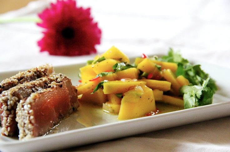 Medallones de atún sellados con ajonjolí, acompañados con una rica ensalada de mango y chile chiltepín. Una receta de atún: rápida, sencilla y deliciosa.
