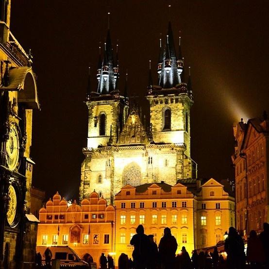 PRAGA IN THE NIGHT.