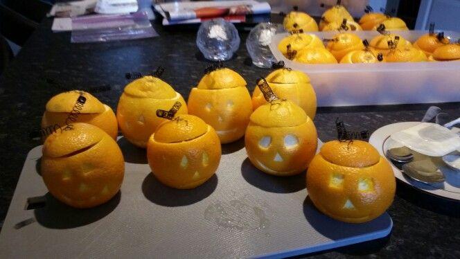 Dessert . Appelsin sorbet i appelsinen og med fjeder på låget