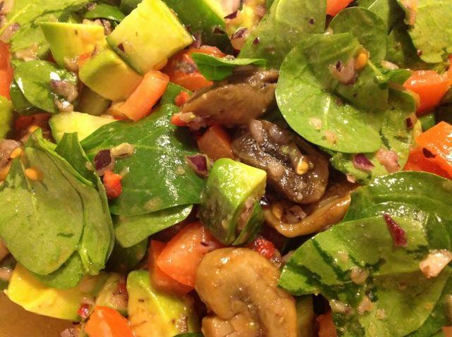 Champinjon och avokadosallad med smak av vitlök och chili