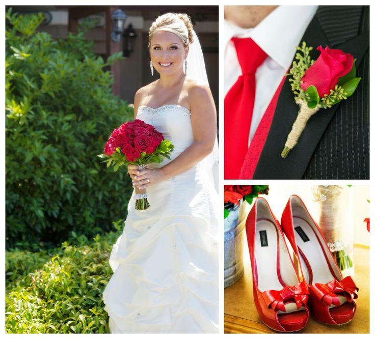 Bouquet con rose rosse e rosa rossa all'occhiello per lo sposo