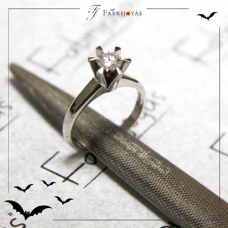 Nuestros Anillos de Compromiso con diamantes, disponibles en tradicional tallado redondo y princesa o una creativa talla de corazón, para agregarle un toque más romántico a tu declaración de amor eterno. 💎💍💎 #AnillosCompromisoCali #AnillosDeCompromiso #AnillosDeCompromisoColombia