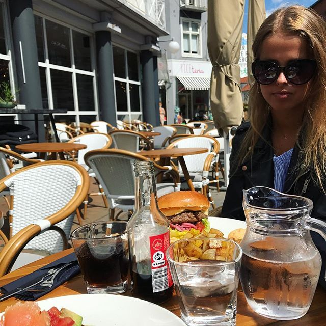 Med min skønne datter på Café i dag ❤️. _______________________________________  #love2live #lifestyle #denmark #morogdatter #scandinavianstyle #chic  #mitodense #odensebloggers #aarhus #københavn  #odense #beautiful  #fashion #fashionlook  #shootwithlove #lifestylephotography #livsstilsblog #details #fashionstyle  #fashionaddict #domoreofwhatmakesyouhappy  #travel #explorer #blondehair #greeneyes #bloglovin #streetstyleluxe #cafesktanne @cafesktanne @odensebloggers