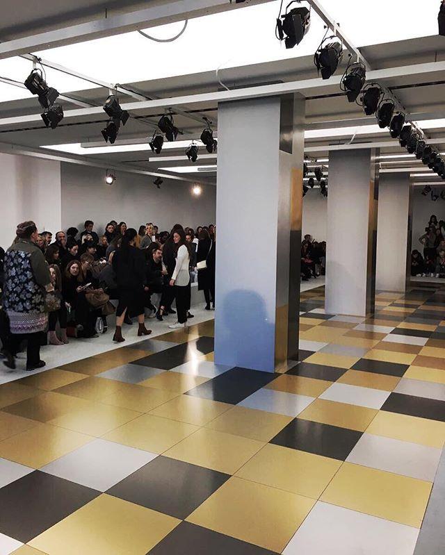 Close no cenário da @jilsanderpr: o desfile acontece sempre na sede minimal da marca e dessa vez eles colocaram placas de metal escovado prata e ouro no piso. Será que vai ser mais uma grife sóbria trabalhando o brilho? (Via @barbaramigliori e @vicceridono) #voguenamfw #jilsander  via VOGUE BRASIL MAGAZINE OFFICIAL INSTAGRAM - Fashion Campaigns  Haute Couture  Advertising  Editorial Photography  Magazine Cover Designs  Supermodels  Runway Models