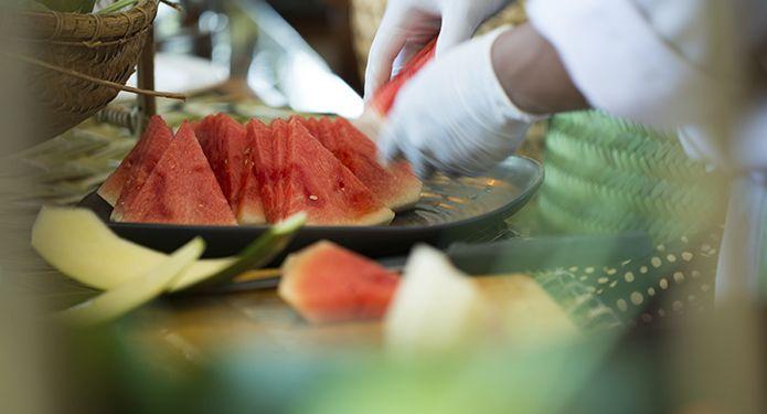 Maintenant que la saison chaude est bien là, on doit absolument savoir quels aliments manipuler avec prudence pour en assurer l'innocuité. Ce qui rend certains aliments plus à risque, c'est qu'ils contiennent des protéines, une teneur en humidité élevée ainsi qu'un pH neutre ou légèrement acide. À certaines températures, cela crée l'environnement parfait pour la prolifération rapide de microorganismes nocifs ou de toxines, à l'origine des maladies d'origine alimentaire comme la salmonelle et…