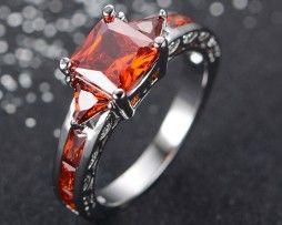 Luxusný dámsky prsteň zo zliatiny bieleho zlata s rubínmi