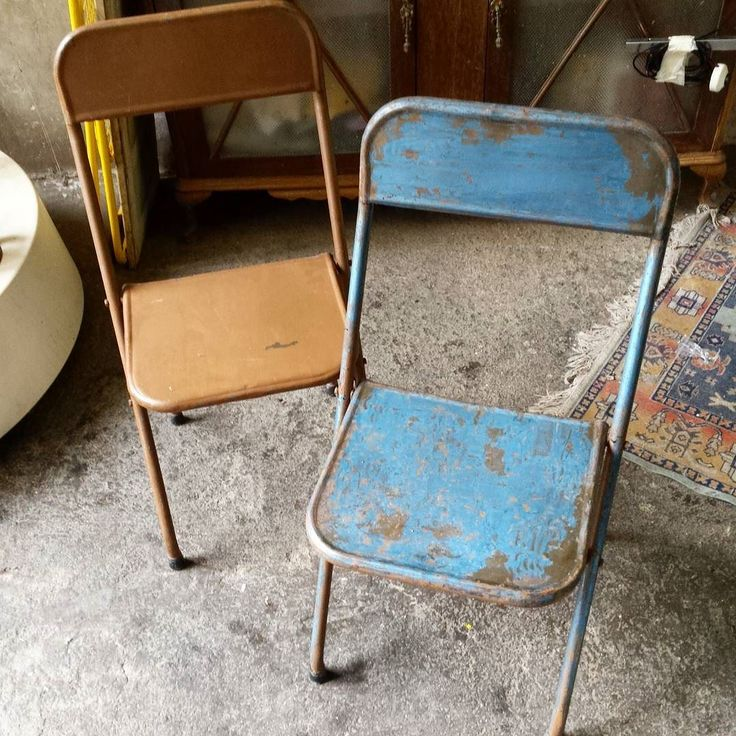 Estamos decapando! Nos quedan 6 sillas metálicas plegables  disponibles en su estado actual con opción de decapar como se ve en la foto. by encantsvintage #furniture