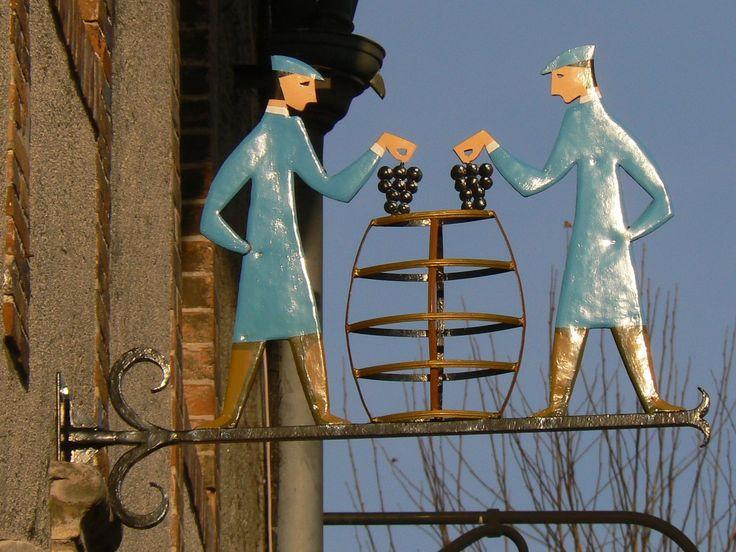 Hautvillers situé en bord de Marne près d'Epernay est le berceau du champagne. Les très nombreuses enseignes  des métiers de la vignesont une  particularité de ce village. .
