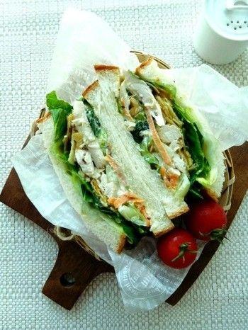 茹でた鶏肉を裂いて、調味料を混ぜて保存しておける作り置きできるチキンサラダ。鶏肉を使ったサンドはお弁当にもお腹持ちが良さそうですね。野菜と合わせてボリュームたっぷりにサンドするのがおすすめです。