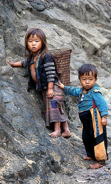 Hanging on to big sister! Laos  Que Deus cuide das crianças do mundo inteiro. Muitas delas, talvez a maioria, são extremamente carentes.