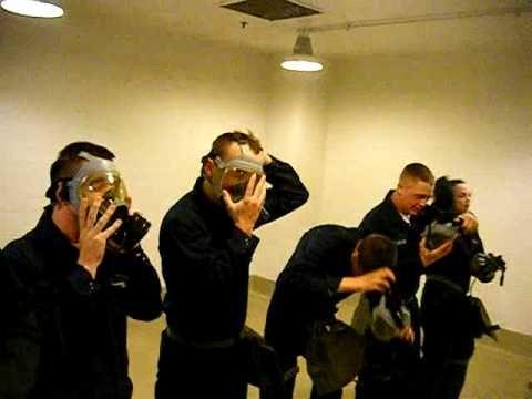 Her kan I se en video af amerikanske marinesoldater der udsætter sig selv for tåregas for at prøve hvordan det er: