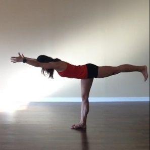 Поза третьего воина (Вирабхадрасана III). Из Позы горы перенесите вес на правую ногу, а левую отведите максимально назад, сохраняя при этом прямое положение бедер. Перенесите вес тела вперед, увлекая за собой левую ногу, чтобы корпус и нога образовали прямую, параллельную полу линию. Если это сложно, опустите кончики пальцев на пол, чтобы удерживать баланс. Задержитесь на 5-10 дыханий