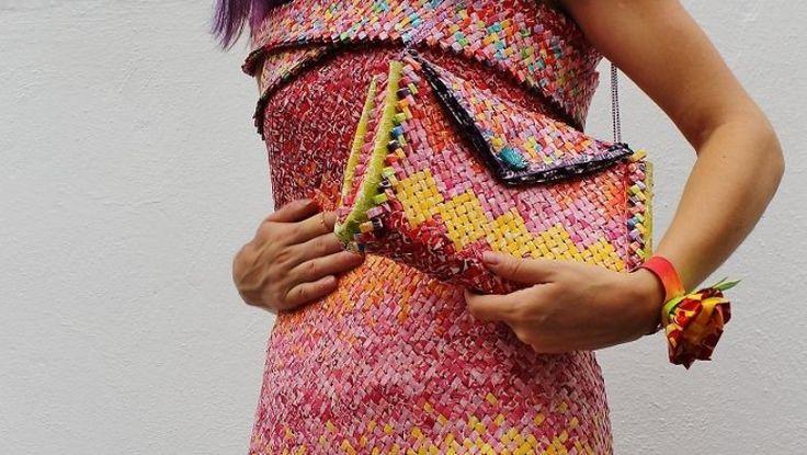 10.000'den fazla sakız paketlerini birleştirerek oluşturulan elbise göz dolduruyor.