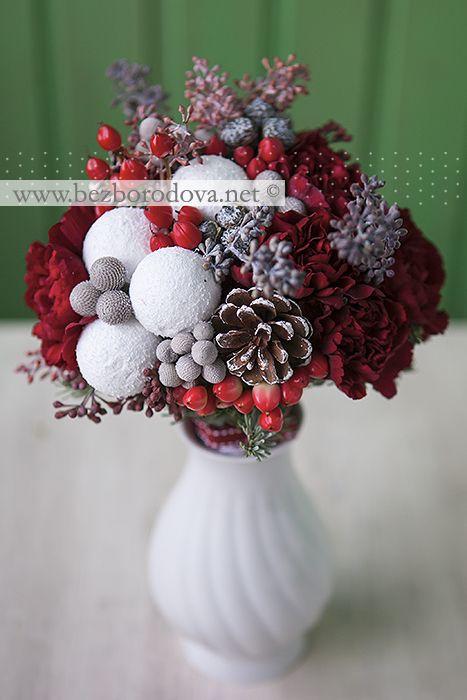 """Красный новогодний букет из гвоздик с шишками, шариками, ягодами, ветвями ели и """"снежками"""""""