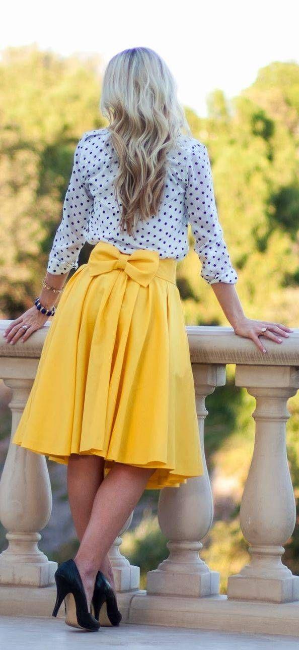 Gele rok aan het zoeken, maar je vindt hem niet? Lijkt hij heel hard op deze? Een witte bloes met blauwe bollen past ideaal!