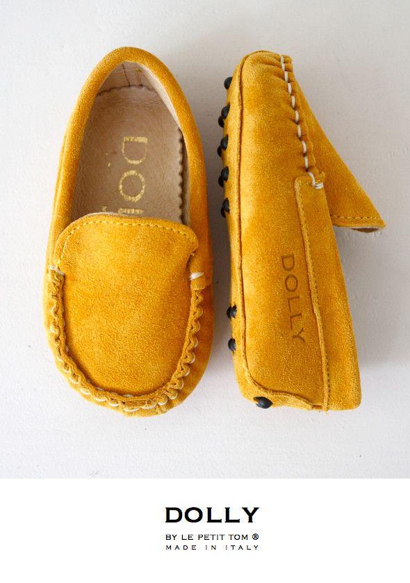 DOLLY by Le Petit Tom ® BABY MOCCASIN 9MO YELLOW/ GOLD SUEDE + Leather lining. Just like little Doll shoes. Classic Moccasin. Exclusieve Italiaanse warm, goudgele babyschoentjes van echt suede leer en leer gevoerd. Rubberen nopjes onder de zool.Handmade in Italy