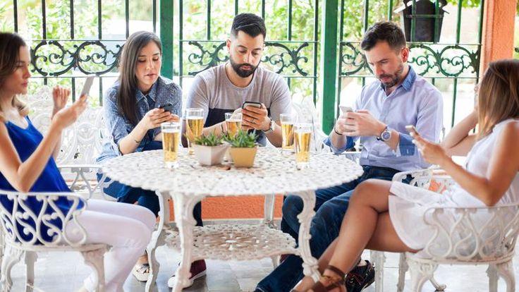 Bár+a+nagy+kávéházak+többsége+ma+már+ingyenes+internetes+szolgáltatást+hirdet,+szaporodik+azoknak+a+száma+is,+amelyek+ki+akarják+tiltani,+hogy+megmaradjanak+e+helyek+ősi+értékei. Immár+mindennapossá+vált+kép:+öten+ülnek+egy+asztalnál,+barátok,+akik+egy+kis+beszélgetésre…