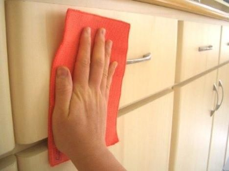 Como pintar móveis de formica. O laminado melamínico, mais conhecido como formica, é um tipo de material muito popular no revestimento de móveis, quer sejam eles bancadas de cozinha ou criados mudos em quartos. Por esta razão você ...