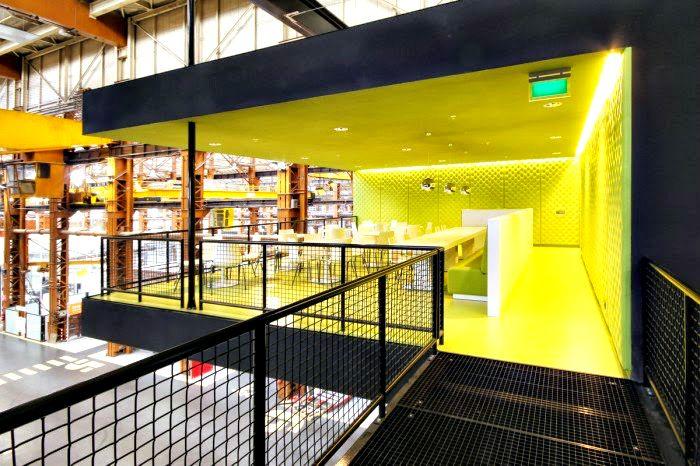 Lounge ruimte in een Rotterdamse Scheepswerf http://www.kantoorruimtevinden.nl/blog/inspirerend-innovatiecentrum-rotterdamse-scheepswerf/