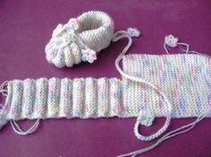 Na de blogpost op mijn andere blog over de babyschoentjes heb ik al weer zoveel vragen gehad over het patroontje. Dus ik post het nog even ...