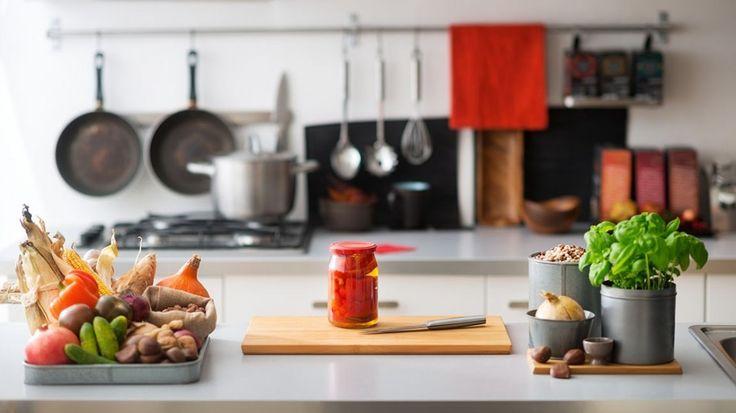 Basit Mutfak Dekorasyonu Hileleri ile Mutfaklarınızı Büyük ve Ferah Gösterin!  Kadınların günlük hayatlarının büyük bir kısmı mutfakta geçmektedir. Özellikle ev hanımları için mutfak dekorasyonu oldukça önemlidir.