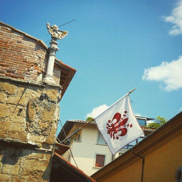 Bandiera Firenze sul Ponte Vecchio, Firenze, Italia