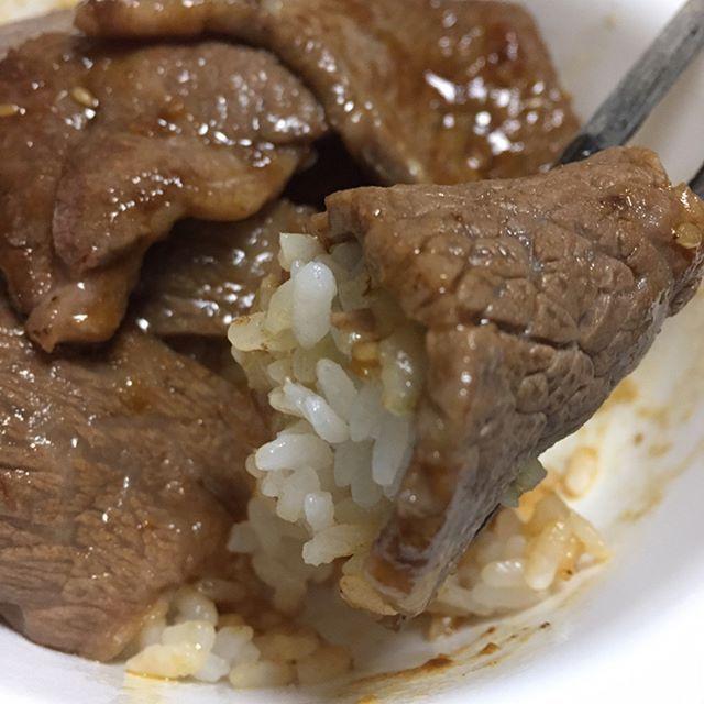 B型インフルエンザもちょくちょく流行っているようで… スタミナをつけようってことで、お家で焼肉丼🥓♪ 肉で白米を巻いて食べるの最高じゃないですか??🍚🥓💗 #焼肉 #焼肉丼 #白米 #肉 #お肉 #🍖 #🍚 #焼肉のタレ #エバラ焼肉のタレ #夕ご飯 #晩ご飯 #ご飯 #牛肉 #国産牛 #甘辛ダレ #おうちごはん #おいしい #delicious #yummy