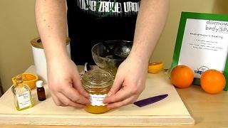 Pomarańcza w domowym peelingu? Tak, jej zapach idealnie pobudza nasze ciało i zmysły, a drobiny cukru zawieszone w oliwie wygładzą i nawilżą skórę.