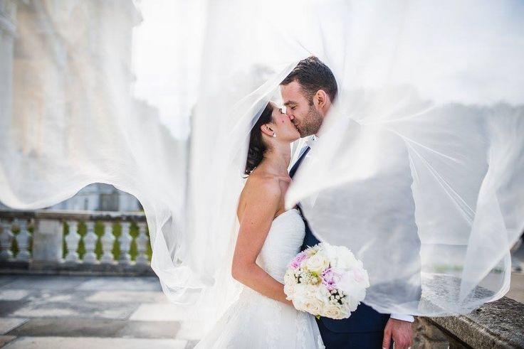 """NEŽNÁ SVADBA V LEDNICKÝCH ROVNIACH Ďakujem Katke a Jurajovi za krásne fotky od fotografa """"Peter Prochazka PHOTOGRAPHY"""" z ich zasnenej svadby. Katke sa páčia pivonky, hortenzie a ruže, tak sme jej tento sen splnili v Reštaurácií KMK."""