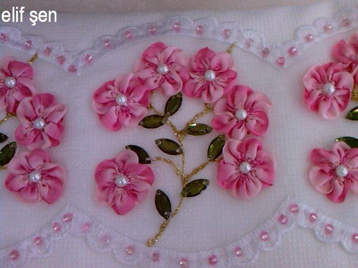 Hazır güpür üzerine mine çiçeklerle süslenmiş, boncuklarla tamamlanmış, kurdele nakışı havlu örneği. Karabük HEM