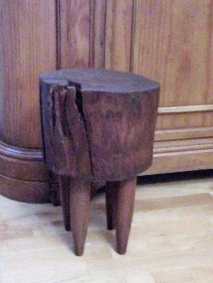 Tocón de madera de pino, lijado, las hendiduras están hechas a mano, teñido y barnizado.