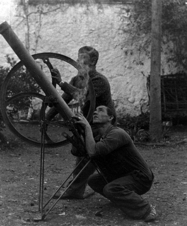 Loyozuela, 1936. Lanzacohetes improvisado con maquinaria agrícola por milicianos republicanos.