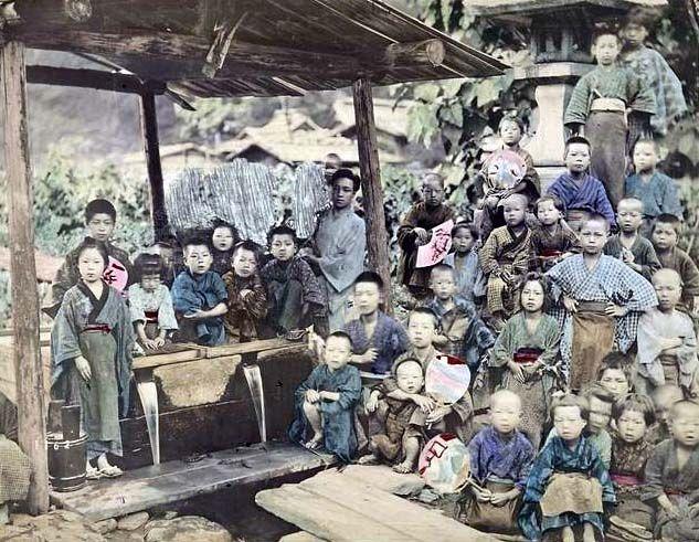 子供の情景. Large group of rural children.