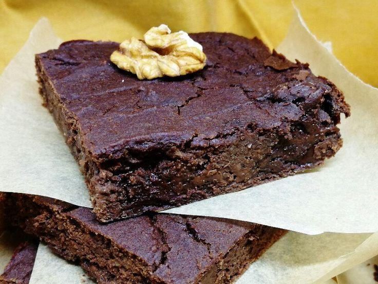 CÍCEROVÉ BROWNIES S ČOKOLÁDOU Recept na chutné cícerové brownies, v ktorých by ste určite cícer nespoznali. Cícer je bielkovinová bomba. 😉 Obsahuje veľa vlákniny, železa, vápnika, vitamíny skupiny B a draslík. Neobsahuje lepok a vraj má aj afrodiziakálne účinky. Upečiete tomu svojmu túto zdravú čokoládovú rýchlovku?