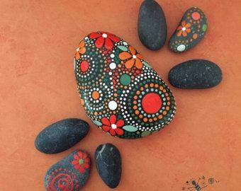 Mano piedras pintadas Mandala inspirado en por etherealandearth
